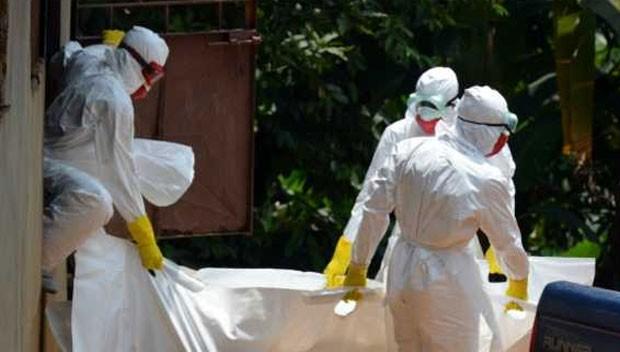 Remover corpos de vítimas do ebola é um trabalho meticuloso em que qualquer deslize por colocar o funcionário em risco  (Foto: AFP)