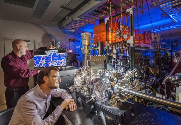 Pesquisadores do Sandia National Laboratories mostram uma simulação de computador usada para prever a resistência ao desgaste da liga de platina e ouro (Foto: Divulgação/Randy Montoya)