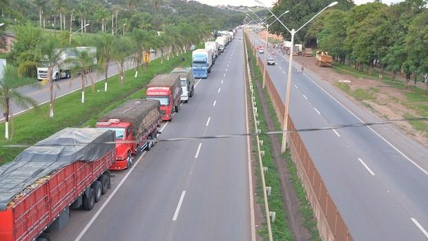 Caminhoneiros fecham parte da Rodovia Fernão Dias (BR-381) em Igarapé, na Grande BH (Foto: Jornal Cidades – MG)