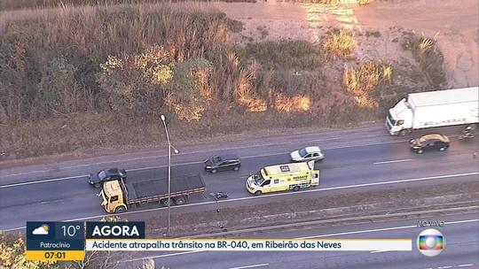 Motociclista fica ferido em acidente com caminhão na BR-040, na Grande BH
