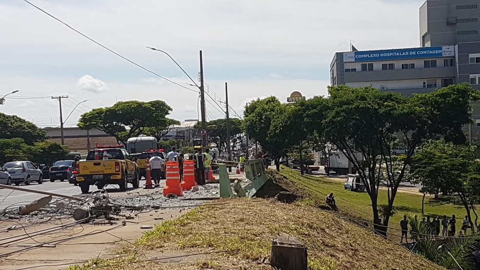 Ônibus arrancou um poste e também a mureta do viaduto, em Contagem — Foto: Flávia Cristini/G1