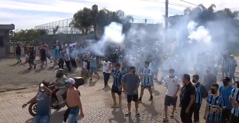Torcida em protesto no CT Luiz Carvalho — Foto: Reprodução / Dalmir Pinto / RBS TV