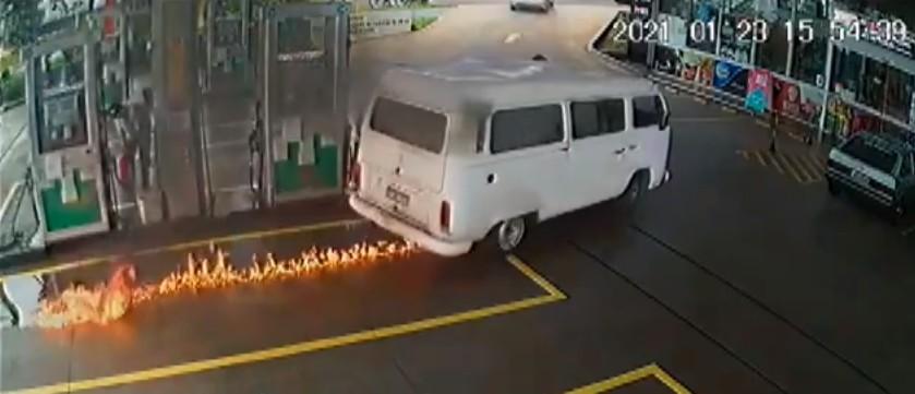 Câmera registra momento em que Kombi pega fogo em posto de combustíveis, em Maringá