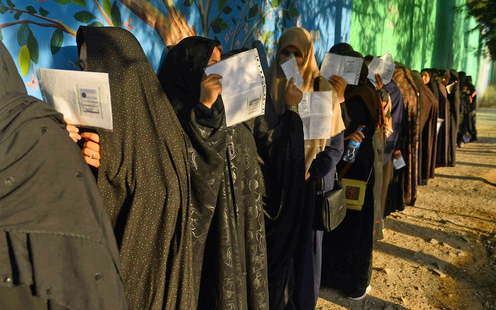 Afghan women queued for vote - Photo: Hoshang Hashimi / AFP Photo