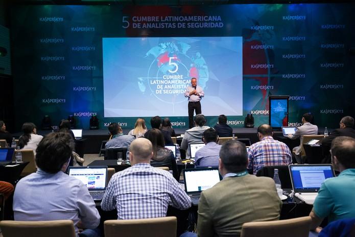 Eugene Kaspersky faz alerta durante conferência sobre segurança digital (Foto: Divulgação/Kaspersky Lab)