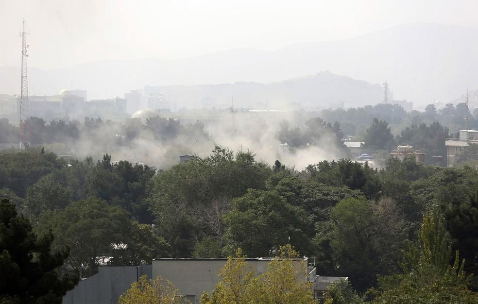 Fumaça é vista após ataque com foguetes durante as celebrações do Dia da Independência no Ministério da Defesa em Cabul, no Afeganistão, nesta terça-feira (18)   — Foto: Rahmat Gul/AP