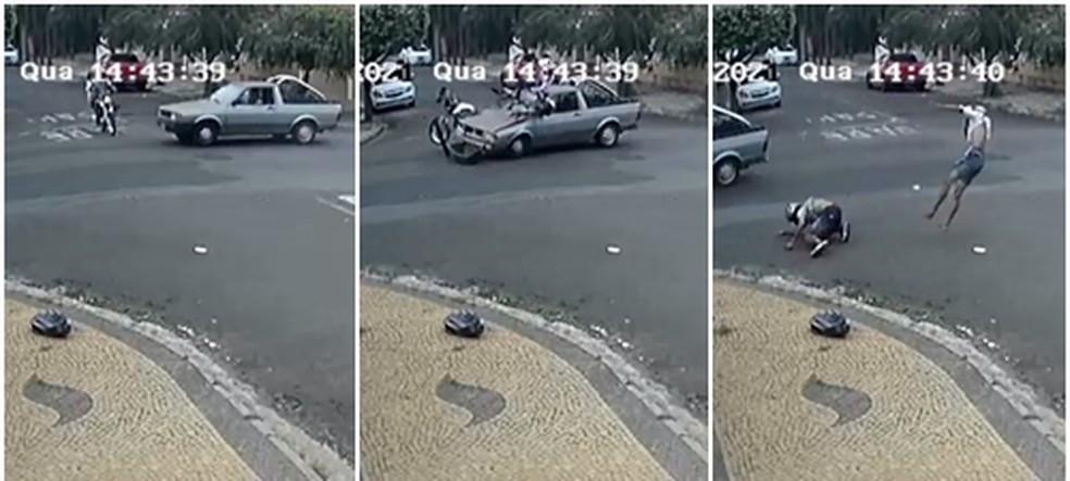 Piloto e garupa foram lançados de motocicleta após batida em Catanduva �- Foto: Reprodução/Câmera de segurança