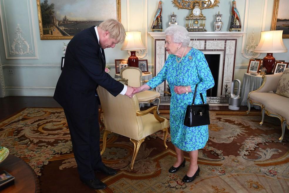 Rainha Elizabeth II recebe o recém-eleito líder do Partido Conservador, Boris Johnson, durante uma audiência no Palácio de Buckingham, em Londres, nesta quarta-feira (24) — Foto: Victoria Jones / AP