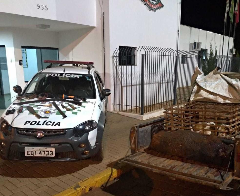 Homem foi detido por caça de animais silvestre em Paranapanema (SP) — Foto: Divulgação/Polícia Militar Ambiental