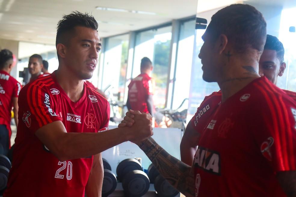 Oi. Tchau. Uribe cumprimenta Guerrero. Jogador peruano está em fim de contrato com o Flamengo (Foto: Gilvan de Souza / Flamengo.com.br)
