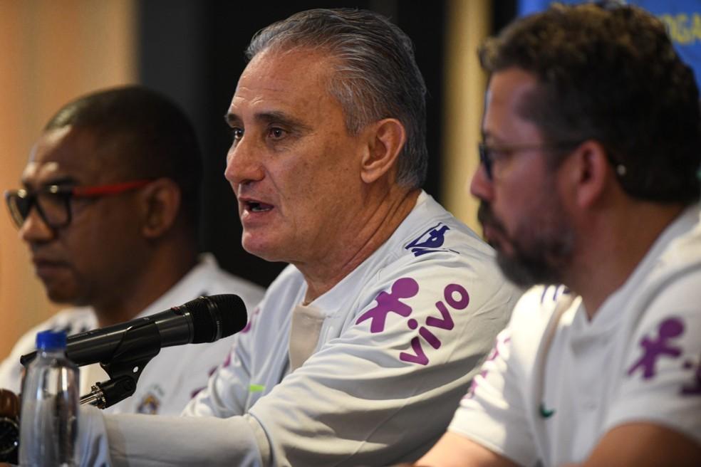 Cleber, Tite e Cesar na coletiva: treinador criticou novamente empresa organizadora de jogos — Foto: Pedro Martins / MowaPress