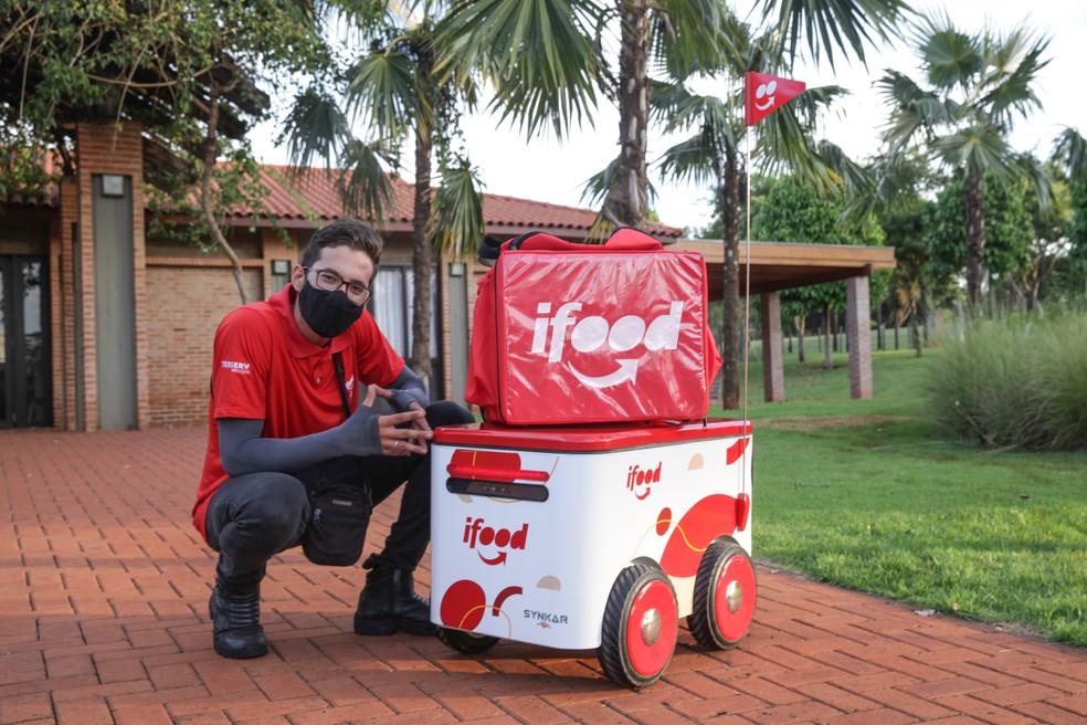 Entregadores fazem a conexão entre os robôs para levar as refeições até os clientes — Foto: Divulgação/iFood