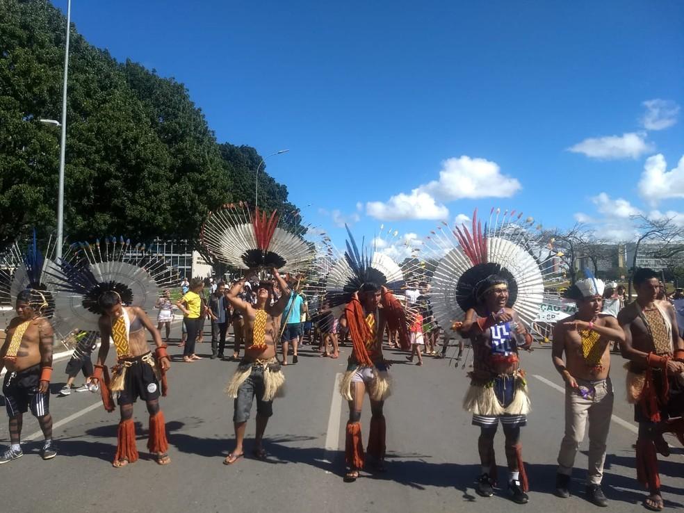 Indígenas fecham parte da Esplanada dos Ministérios em protesto do Acampamento Terra Livre — Foto: Marília Marques/G1DF