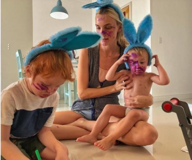 Carol Trentini com os filhos (Foto: Reprodução / Instagram)