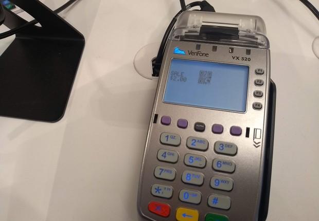 Máquina de cartão, de 2012, mostra um QR Code para que o usuário faça o pagamento com seu dispositivo móvel, no Showcase do PayPal (Foto: Época Negócios)