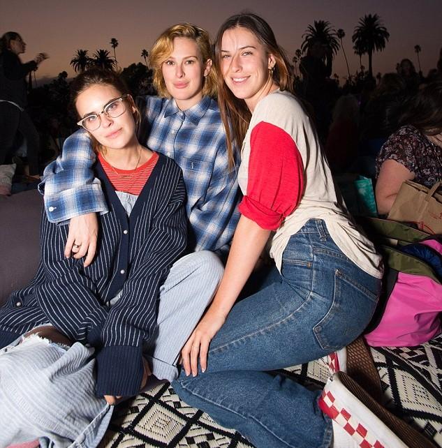As filhas de Demi Moore e Bruce Willis na sessão especial do clássico estrelado pelas mães delas (Foto: Divulgação)