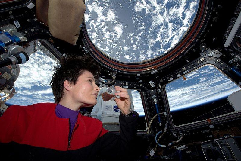 A astronauta Samantha Cristoforetti experimentando o café feito no espaço (Foto: Divulgação)