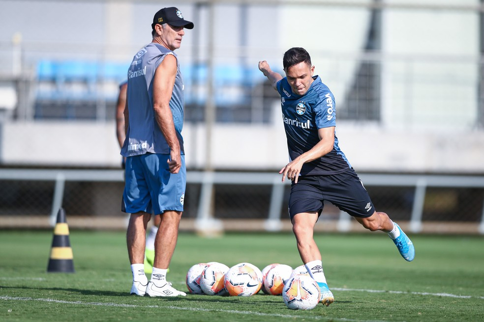 Renato Gaúcho e Pepê em treino do Grêmio — Foto: Lucas Uebel/Grêmio