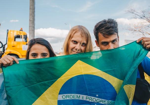"""Natasha Ribeiro, o """"amuleto do Brasil"""" e Raul Aragão em Kazan (Foto: Divulgação)"""