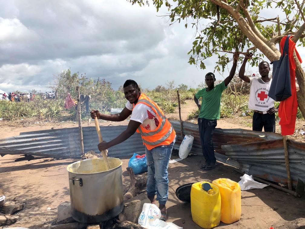 Pessoas preparam comida em região afetada por ciclone em Moçambique — Foto: Emma Rumney/Reuters