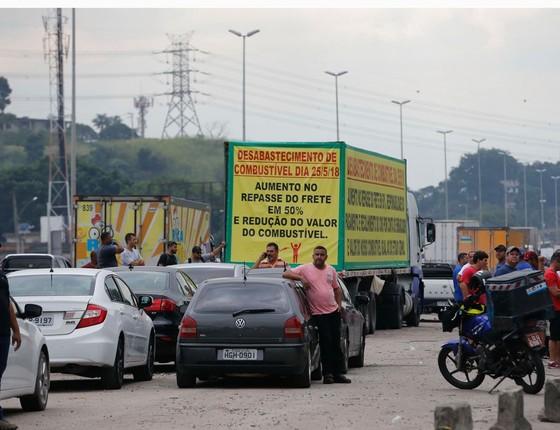 Caminhoneiros protestam contra elevação no preço do diesel na rodovia BR-040, em Duque de C (Foto: Fernando Frazão/Agência Brasil)
