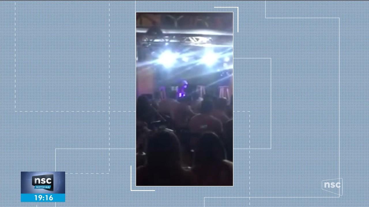 Delegado sobe ao palco e encerra festa irregular