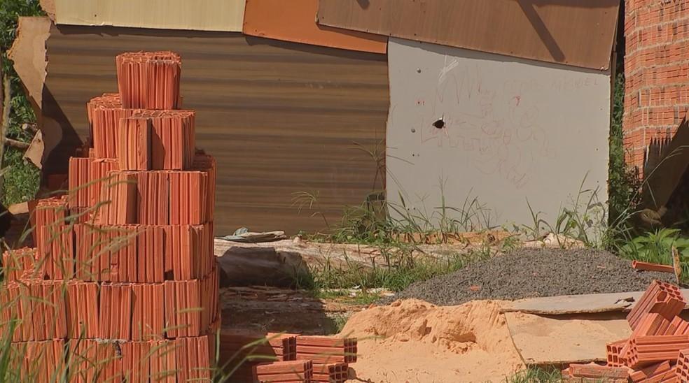 Em Itapetininga (SP) restos de materiais de construção e obras são motivo de preocupação devido a infestação de escorpiões na cidade — Foto: Reprodução/TV TEM
