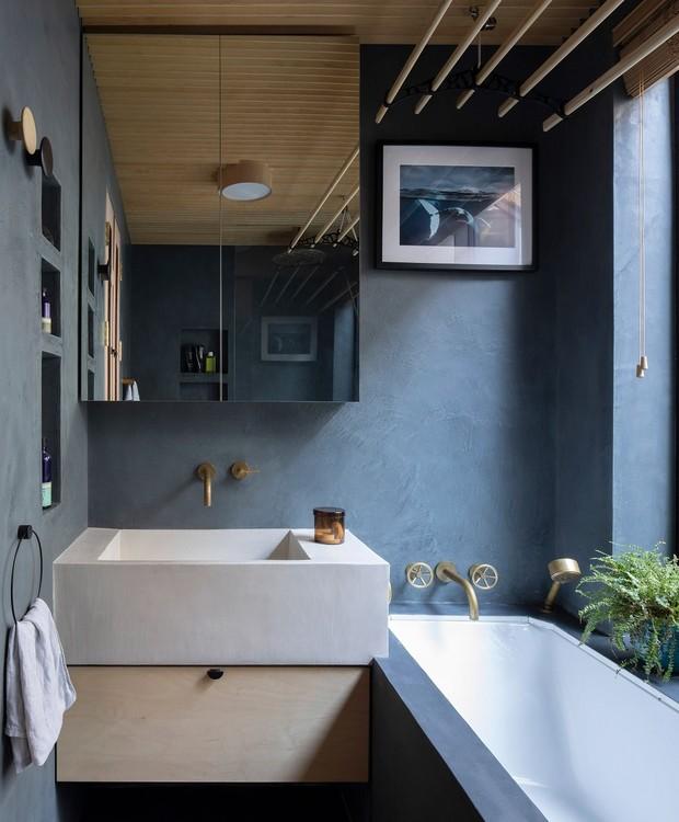 O banheiro em azul é inspirado na vida marinha, grande paixão das crianças (Foto: Ståle Eriksen/Reprodução)