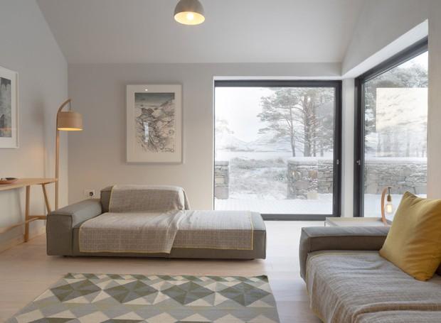 O interior da casa do ano é simples e aconchegante (Foto:  Richard Fraser/ Deezen/ Reprodução)