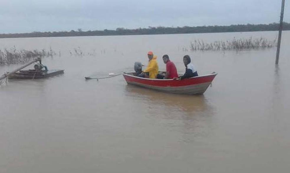 Moradores de Xique-Xique em busca dos desaparecidos no Rio São Francisco, no norte da Bahia — Foto: Central Notícia