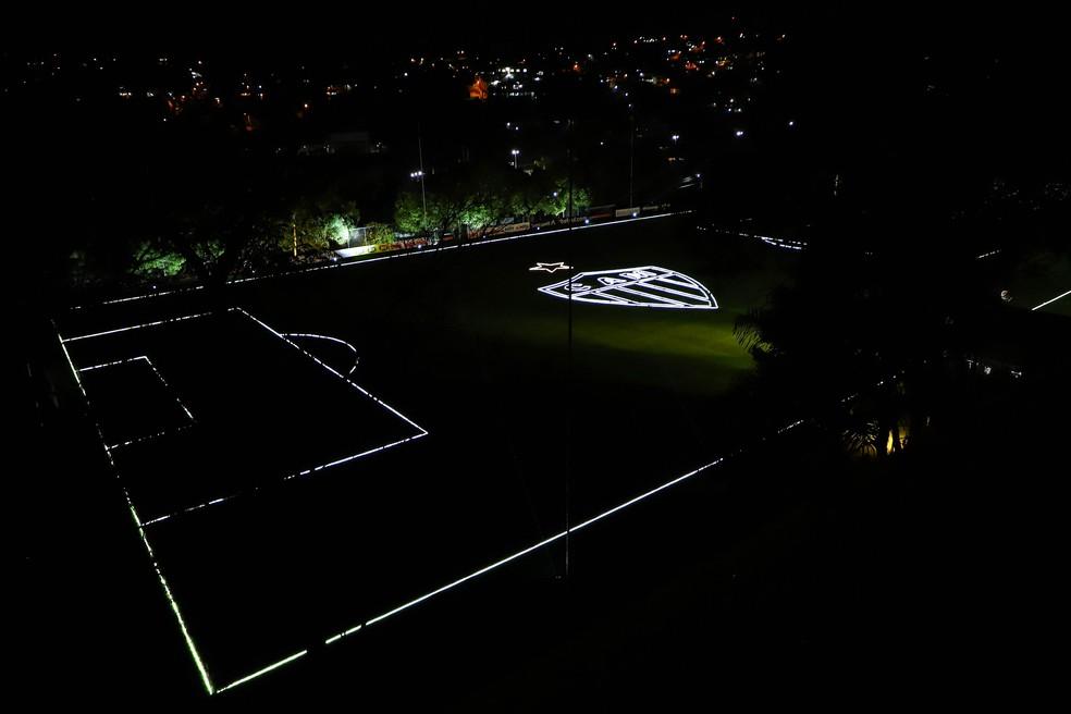 Campo da Cidade do Galo, CT do Atlético-MG, iluminado — Foto: Pedro Souza / Atlético