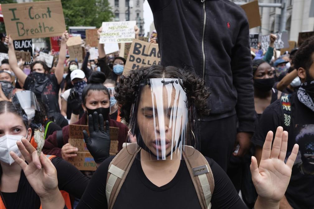 Manifestantes fazem ato contra o racismo na Foley Square, em Nova York (EUA), nesta terça-feira (2) — Foto: Yuki Iwamura/AP Photo