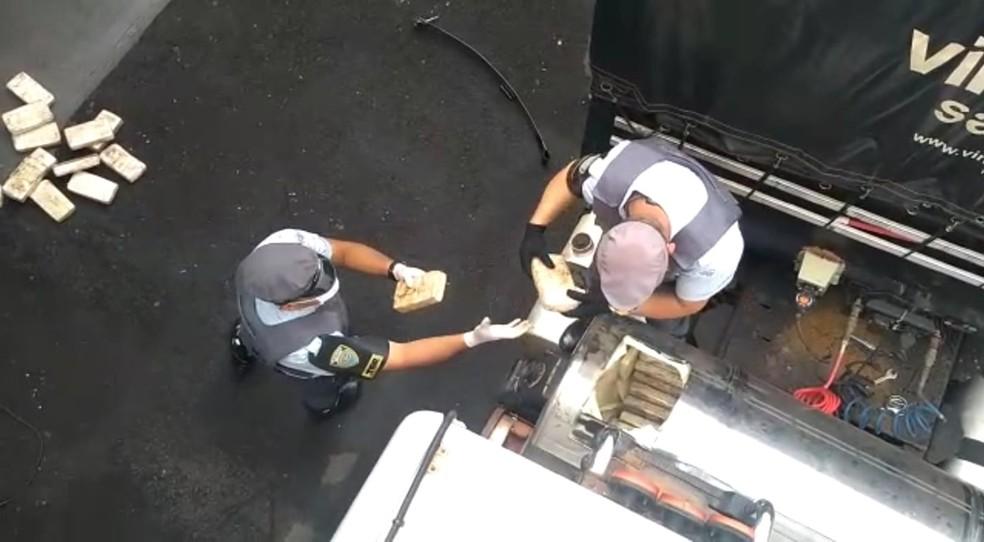 Cocaína em pasta foi encontrada dentro de tanque suplementar de caminhão em Itatinga (SP) — Foto: Polícia Rodoviária/ Divulgação