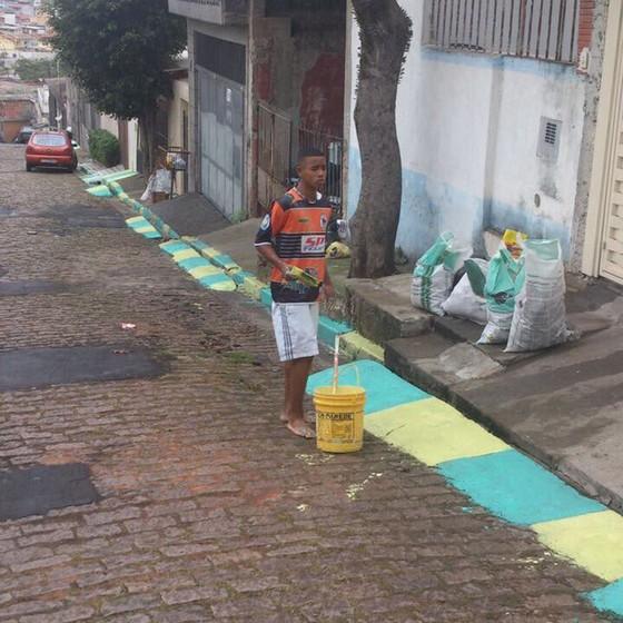 Há quatro anos, o atacante Gabriel Jesus, ainda na base do Palmeiras, coloria de verde e amarelo as ruas do Jardim Peri, em São Paulo, à espera da Copa (Foto: REPRODUÇÃO)