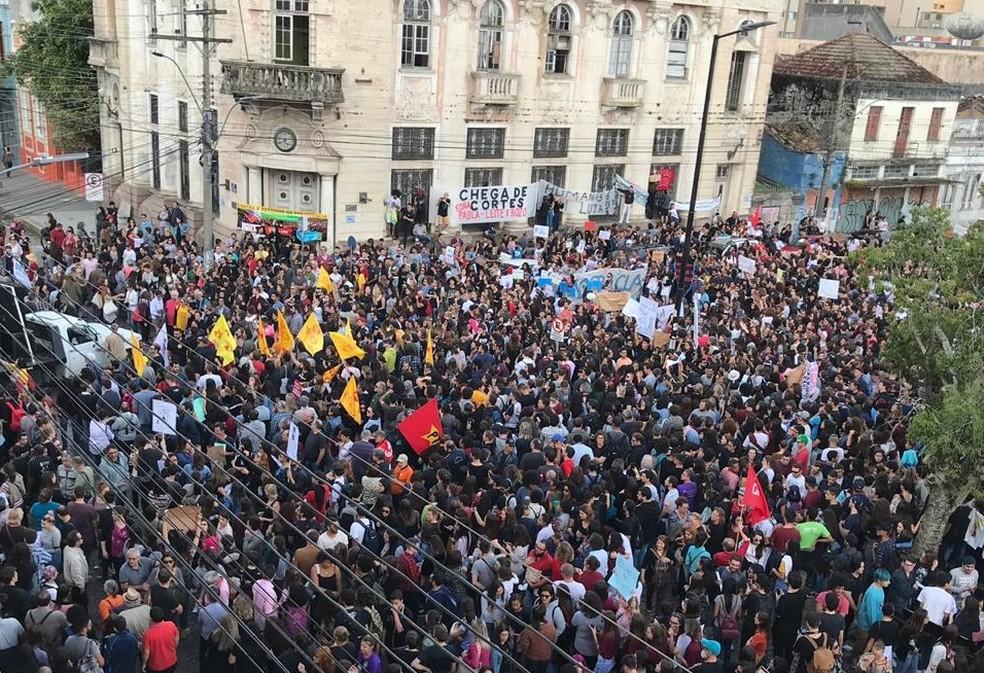 Estudantes e professores protestam em frente ao Mercado Público de Pelotas  — Foto: Patrícia Porciuncula/RBS TV