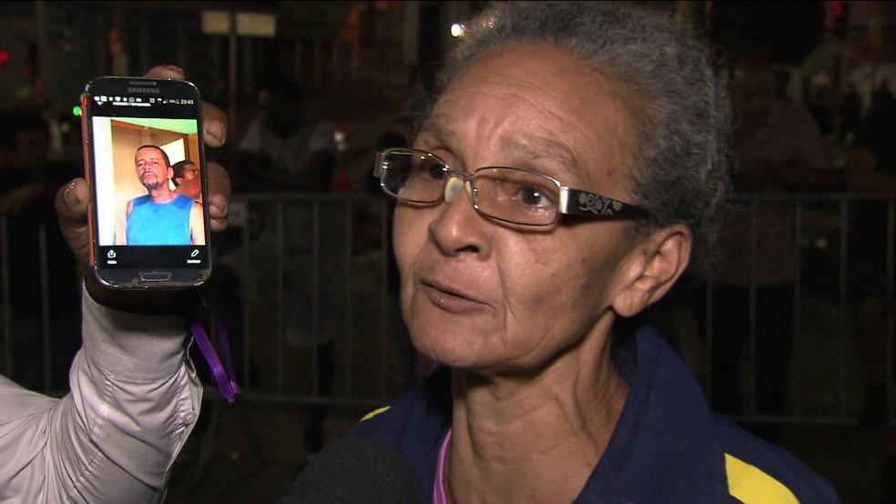 Mulher procura por sobrinho que morava em prédio (Foto: TV Globo/Reprodução)