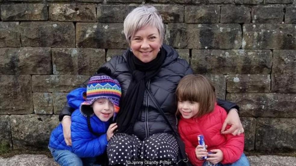 Ao descobrir os custos proibitivos das creches, Jenny Glancy-Potter não conseguiu voltar ao trabalho depois de ter gêmeos aos 40 anos — Foto: JENNY GLANCY-POTTER