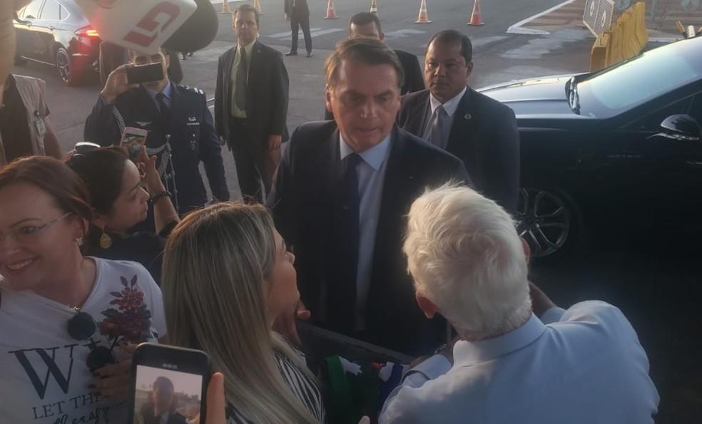 O presidente Jair Bolsonaro, ao deixar o Palácio da Alvorada, em Brasília, nesta sexta-feira (14) — Foto: Elisa Clavery/TV Globo