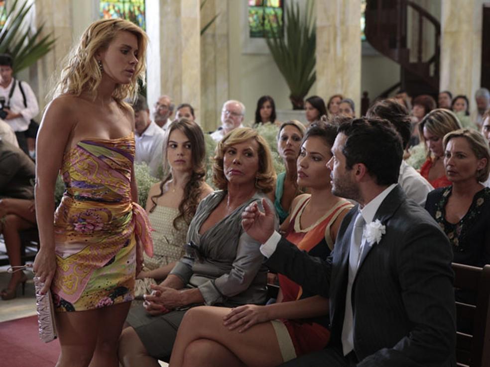 Teodora invade casamento de Amália e anuncia que está grávida de Quinzé em 'Fina Estampa' — Foto: Globo