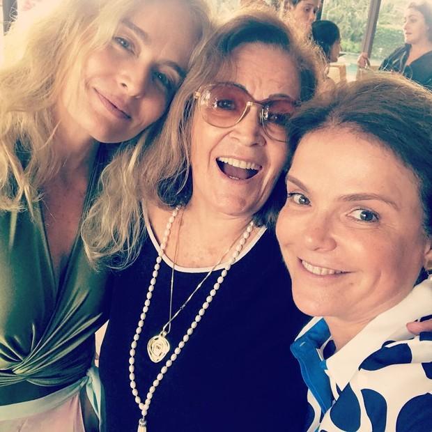 Angélica posa com a mãe e a irmã e fãs comparam (Foto: Reprodução/Instagram)