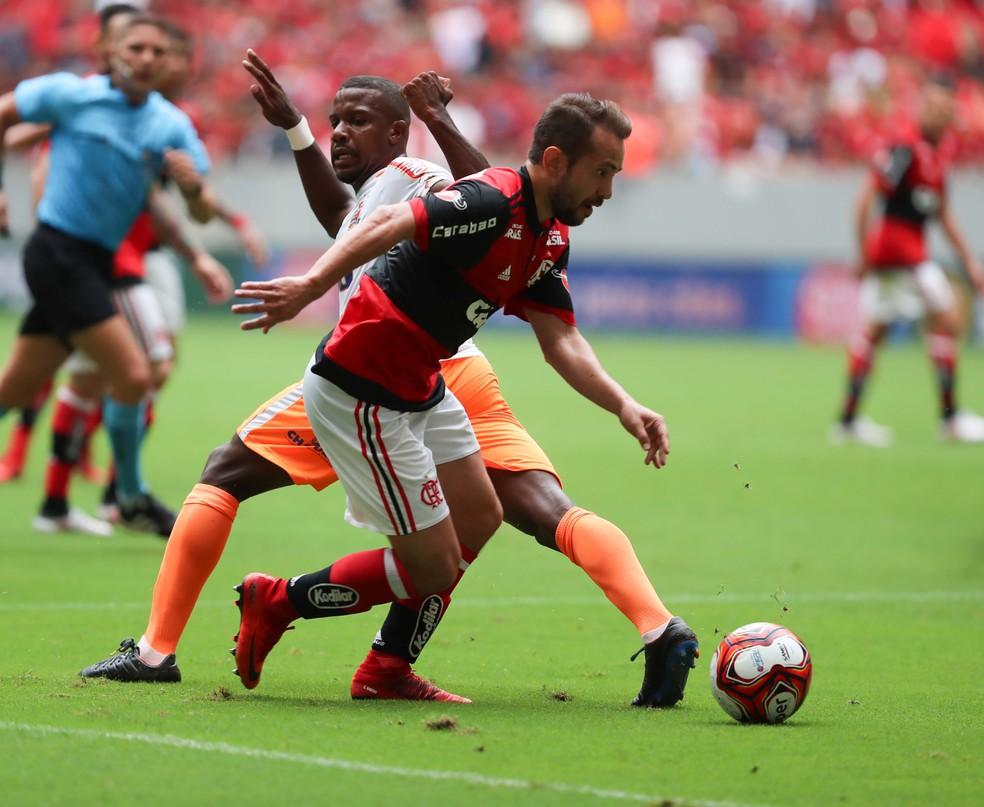 Éverton Ribeiro recebe orientações de Carpegiani para recuperar o melhor ritmo (Foto: Gilvan de Souza/Flamengo)
