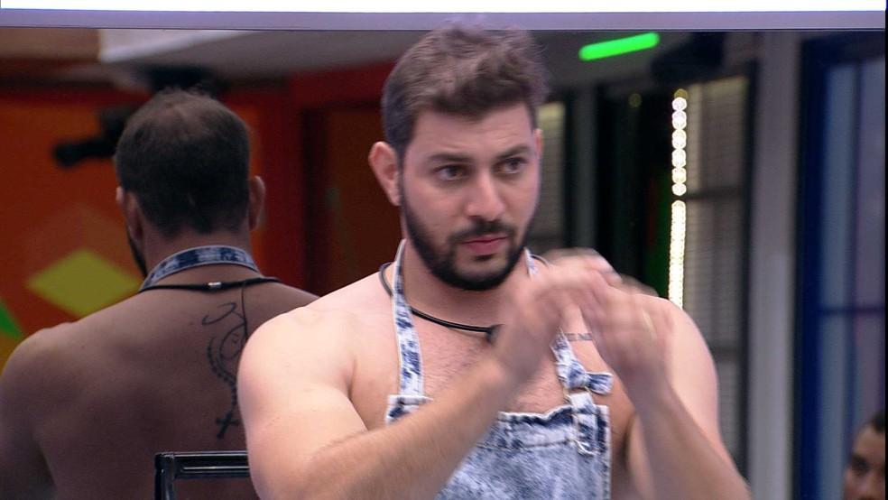 Caio pede desculpas para Lumena — Foto: Globo