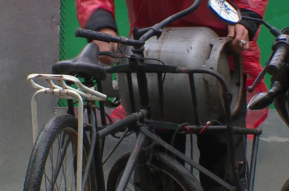 Com aumento no preço do gás de cozinha, comerciantes vão nos depósitos comprar o botijão por um preço mais baixo (Foto: Reprodução/RBS TV)