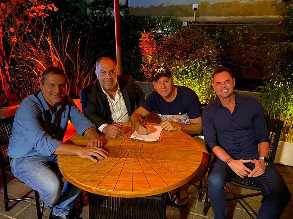 Renato assina o contrato com o Flamengo — Foto: Arquivo pessoal