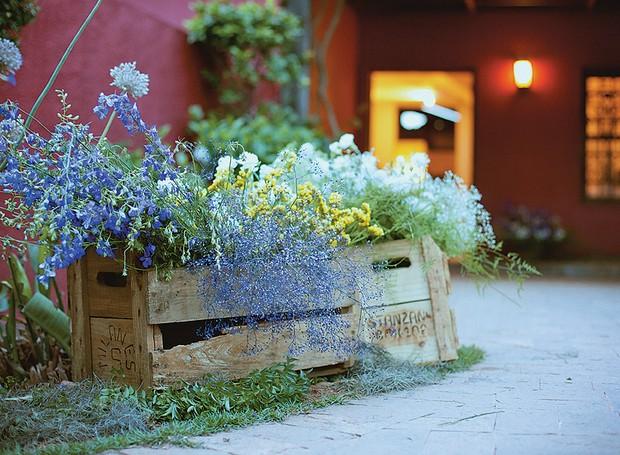 Na entrada da casa, receba os convidados com flores. Não são precisos arranjos sofisticados. Um caixote dá toque campestre à festa (Foto: Tati Abreu/Editora Globo)