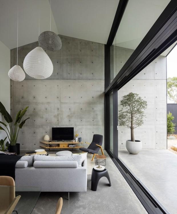 Os móveis modernos contrastam com a arquitetura industrial (Foto: Brett Boardman Photography)