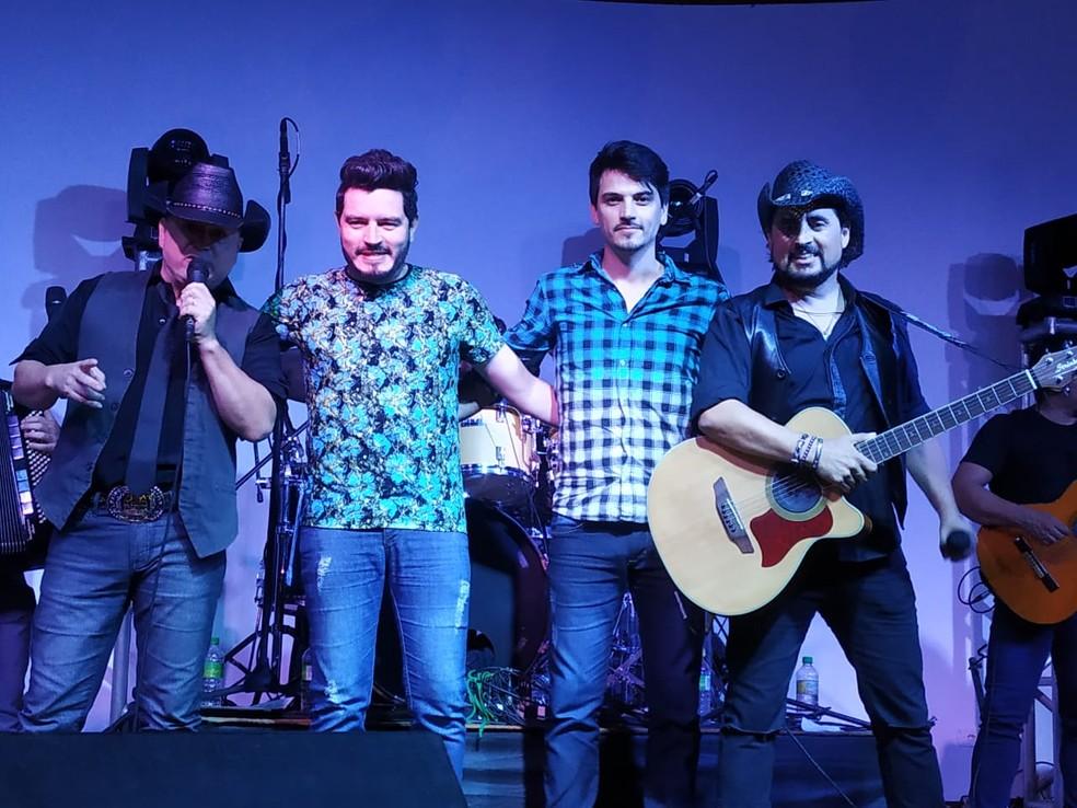 Rodrigo e Adriel realizaram sonho de cantar com ídolos — Foto: Carol Dantas/Arquivo Pessoal