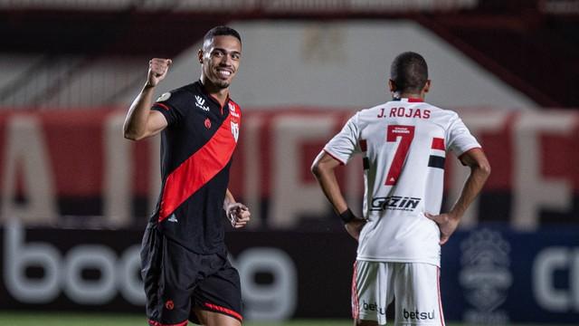 Éder comemora o gol em Atlético-GO x São Paulo