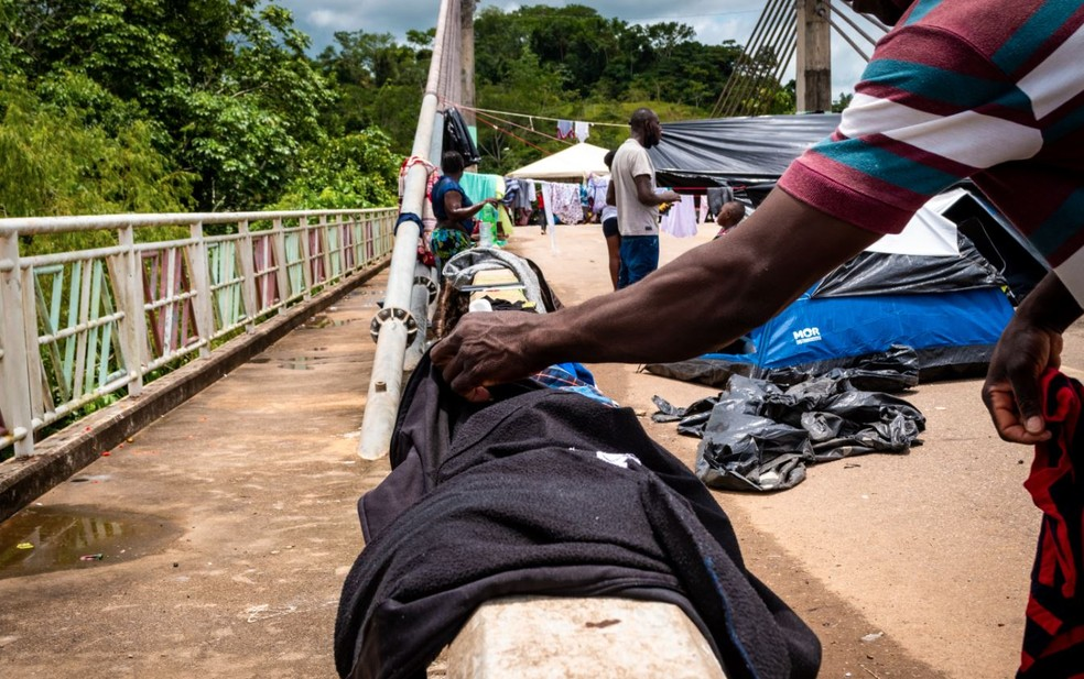 Imigrantes ocupam ponte da Integração há 15 dias — Foto: Raylanderson Frota