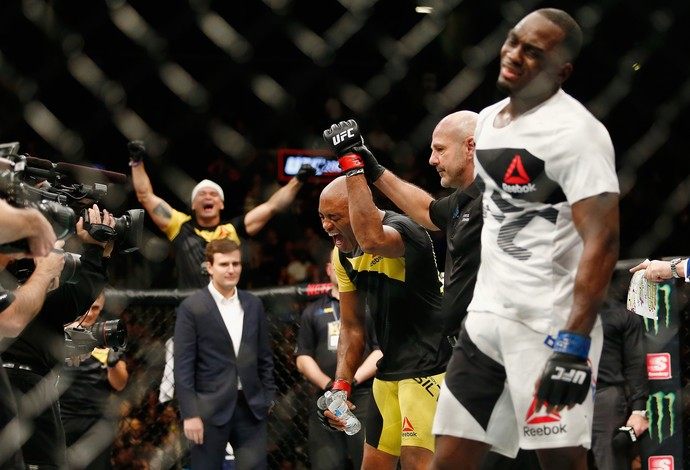 Anderson Silva Derek Brunson UFC 208 (Foto: Getty Images)